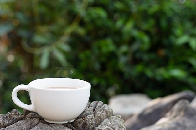 Filiżanka kawy na drewnianym