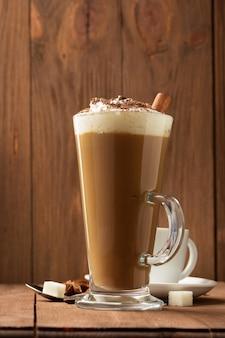Filiżanka kawy na drewnie
