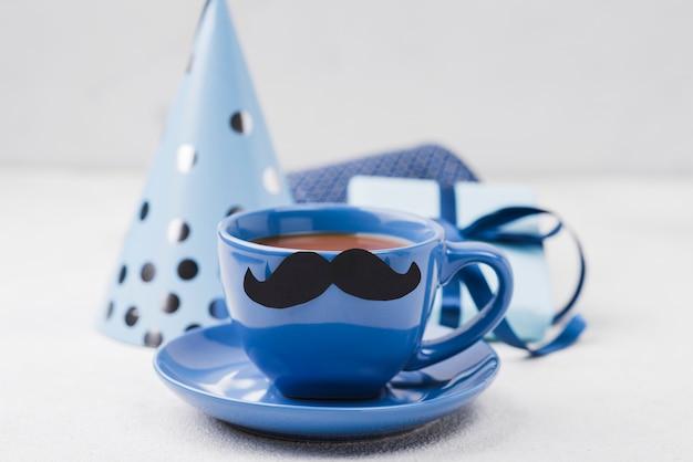 Filiżanka kawy na dzień ojca z wąsami
