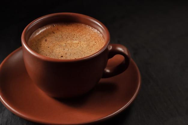 Filiżanka kawy na kamiennym tle. widok z góry z miejscem na kopię tekstu