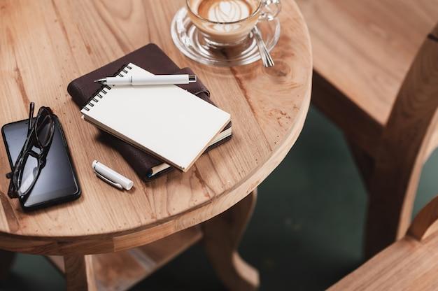 Filiżanka kawy na rustykalnym stole drewna