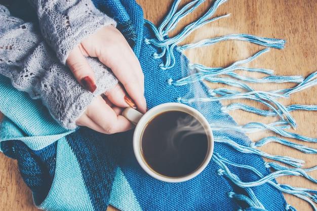 Filiżanka kawy na śniadanie w jego ręce. selektywna ostrość.