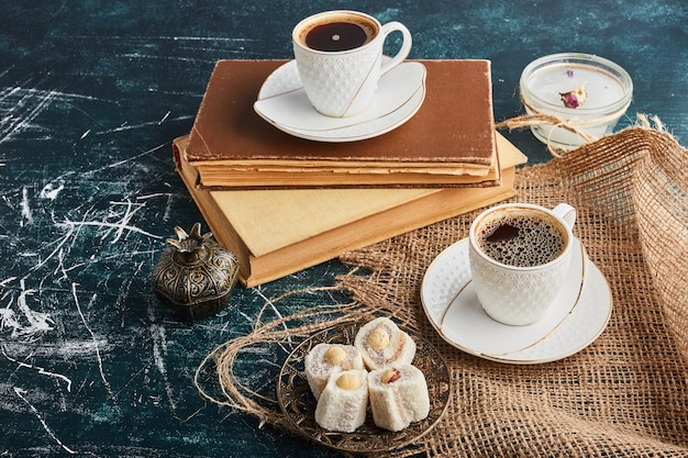 Filiżanka kawy na starych książkach.