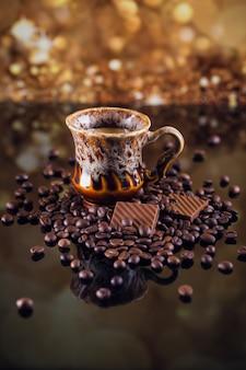 Filiżanka kawy na stercie palonych ziaren kawy. piękne tło do kawy.