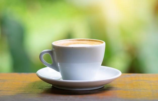Filiżanka kawy na stół z drewna