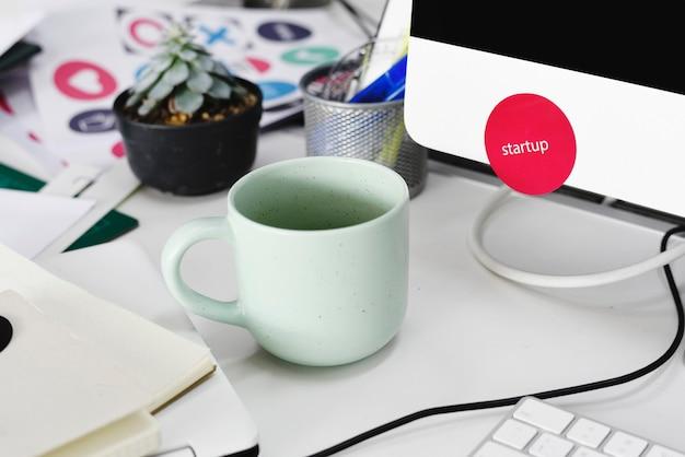 Filiżanka kawy na stole roboczym