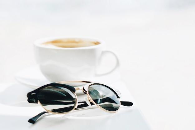 Filiżanka kawy na stole w świetle poranka