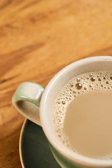 Filiżanka kawy na stole. widok z góry