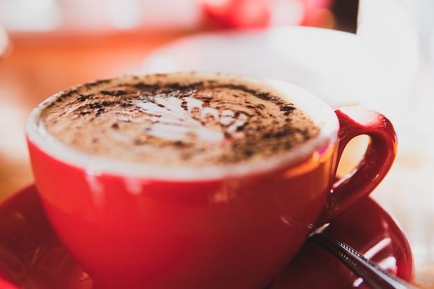 Filiżanka kawy na zamazanym tle.