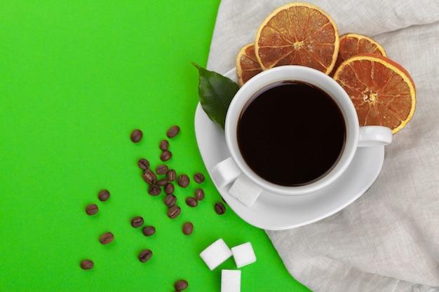 Filiżanka kawy na zieleni.