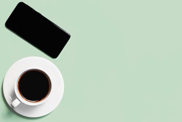 Filiżanka kawy na zielonym tle