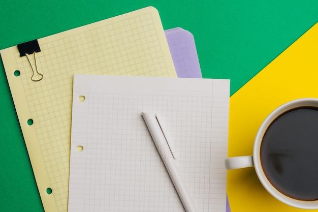 Filiżanka kawy notesy z klipsem z góry finanse biurowe.