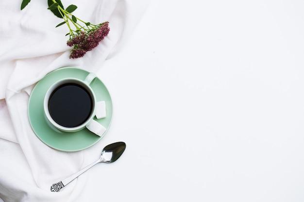 Filiżanka kawy, okulary na białym tle