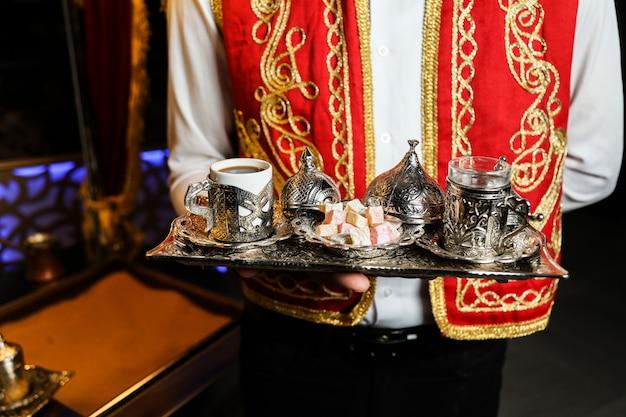 Filiżanka kawy podana w ozdobnych filiżankach z lokum