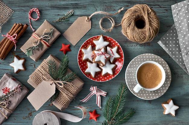 Filiżanka kawy, prezenty i świąteczne ciasteczka