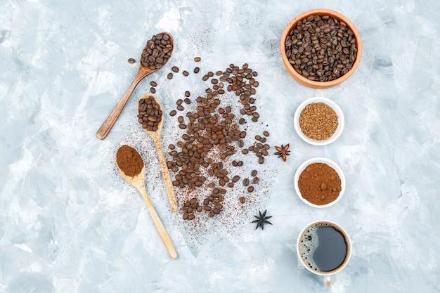 Filiżanka kawy, przypraw i ziaren kawy w misce