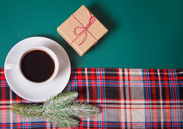 Filiżanka kawy, pudełko, gałąź sosny na zielono