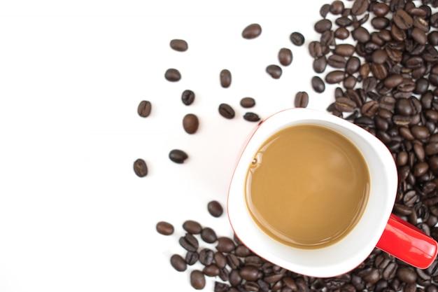 Filiżanka kawy umieszczona na ziarnku kawy