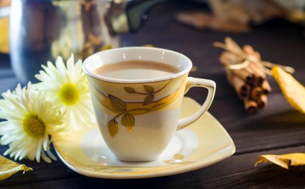Filiżanka kawy w jesienny dzień