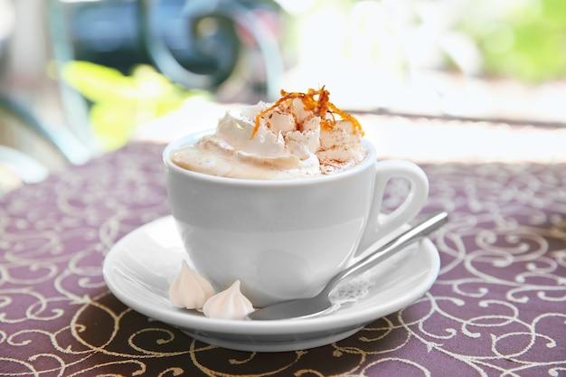 Filiżanka kawy w kawiarni na stole