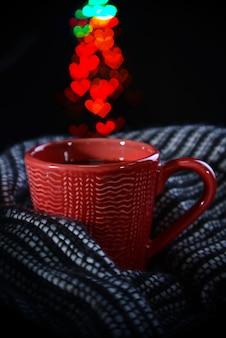 Filiżanka kawy w kratę na ciemnym tle