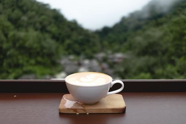 Filiżanka kawy w małej wiosce w głębokiej dolinie w mae kampong, chiangmai, tajlandia.