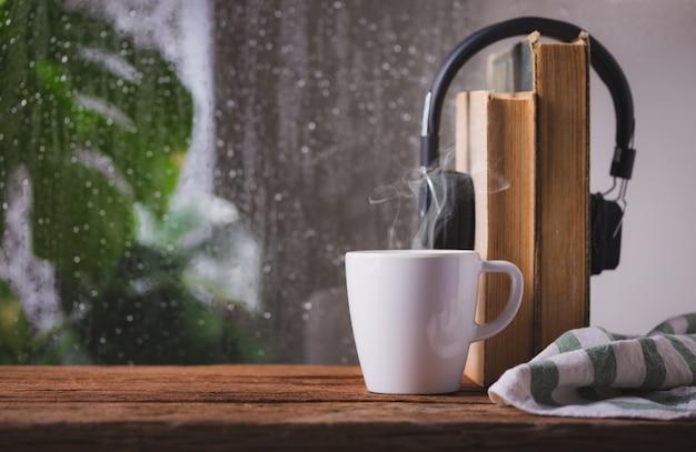 Filiżanka kawy w oknie deszczowy dzień