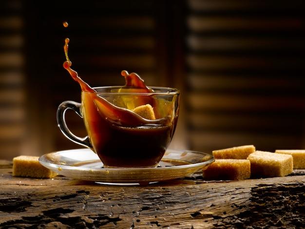 Filiżanka kawy w rustykalnym otoczeniu