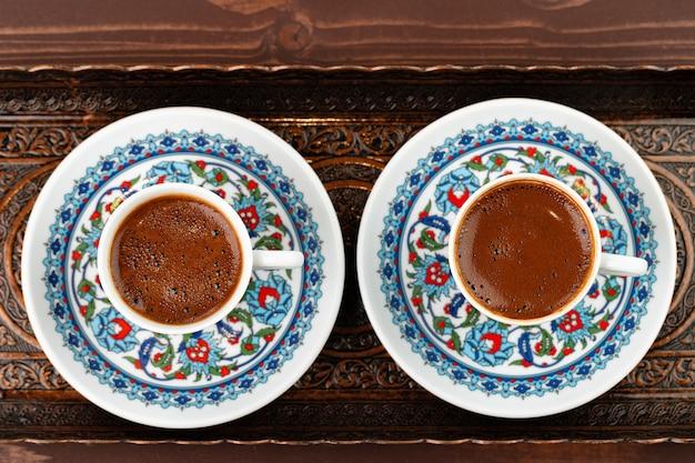 Filiżanka kawy w stylu orientalnym na metalowej tacy