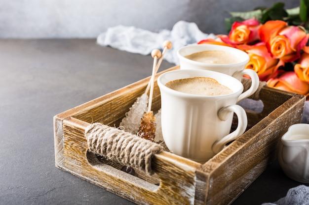 Filiżanka kawy w vintage drewnianej tacy