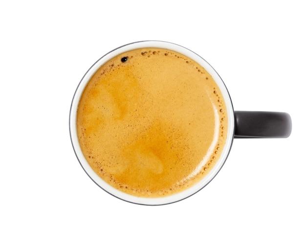 Filiżanka kawy, widok z góry czarnej kawy w czarny ceramiczny kubek na białym tle. ze ścieżką przycinającą.