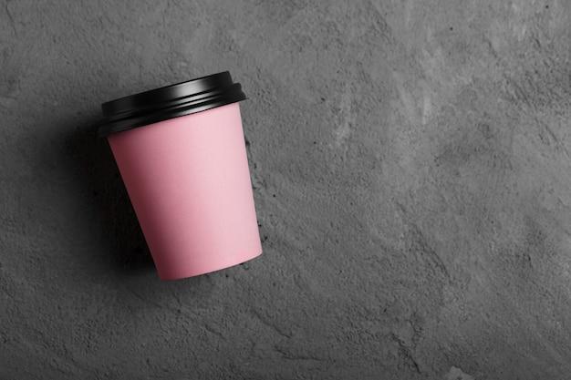 Filiżanka kawy wielokrotnego użytku z widokiem z góry na betonie