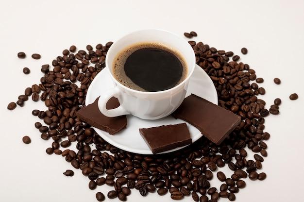Filiżanka kawy wysoki kąt na prostym tle