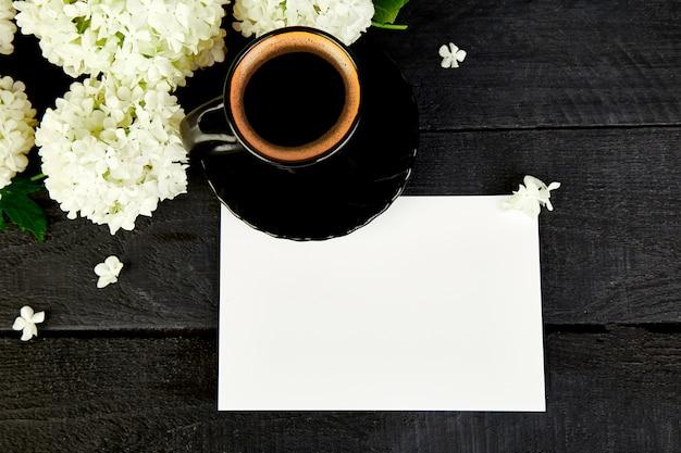 Filiżanka kawy z bukietem kwiatów hortensji