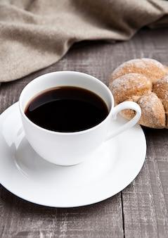 Filiżanka kawy z bułką na śniadanie