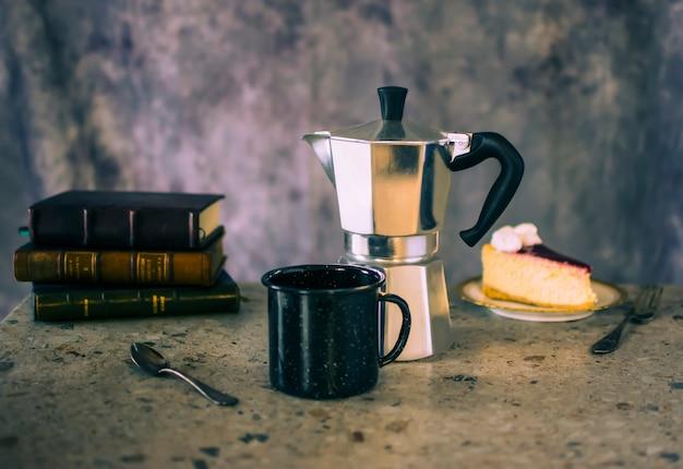 Filiżanka kawy z ciastem i książkami
