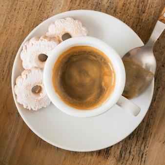 Filiżanka kawy z ciastkami