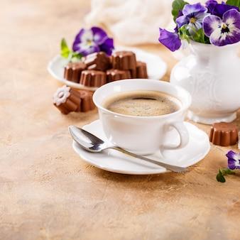 Filiżanka kawy z cukierkami czekoladowymi