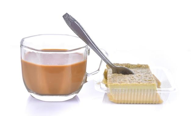 Filiżanka kawy z cukrem na białej powierzchni