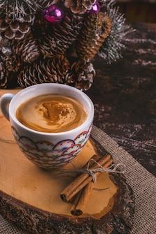 Filiżanka kawy z cynamonem. gorący napój