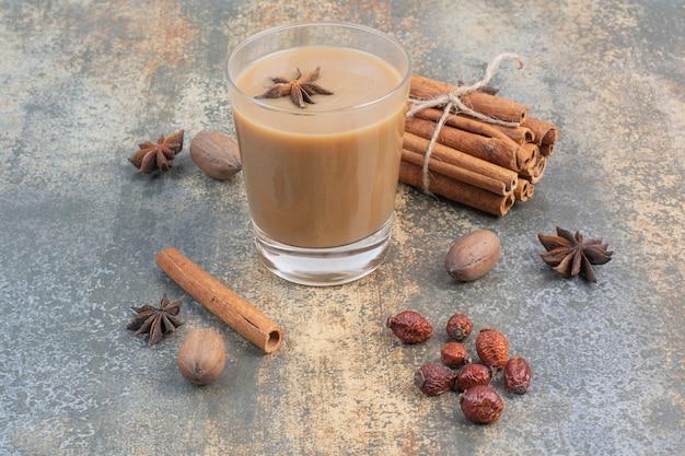 Filiżanka kawy z cynamonem na tle marmuru. wysokiej jakości zdjęcie