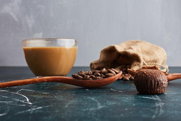 Filiżanka kawy z czekoladowymi pralinkami.
