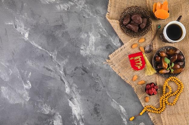 Filiżanka kawy z datami owoców i koralików