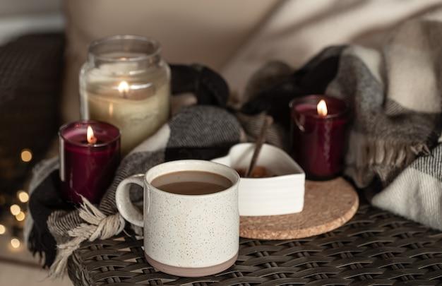 Filiżanka kawy z detalami wystroju domu. koncepcja komfortu w domu.
