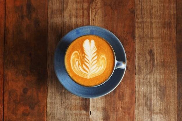 Filiżanka kawy z drewnianą łyżką