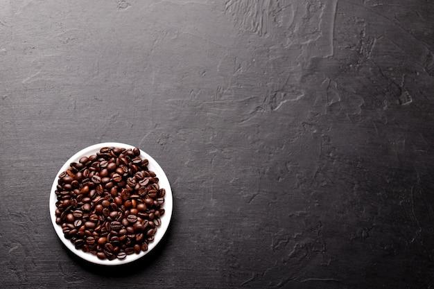 Filiżanka kawy z fasolami na stole, widok z góry