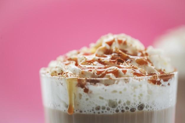 Filiżanka kawy z karmelem i bitą śmietaną
