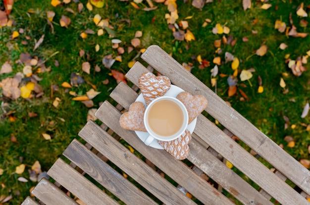 Filiżanka kawy z kierowymi kształtów ciastkami na stole ja