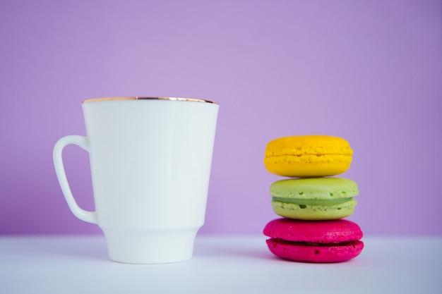 Filiżanka kawy z kolorowymi makaronikami