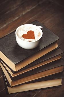 Filiżanka kawy z książkami